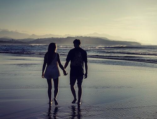 walk-beach-couple-first-date